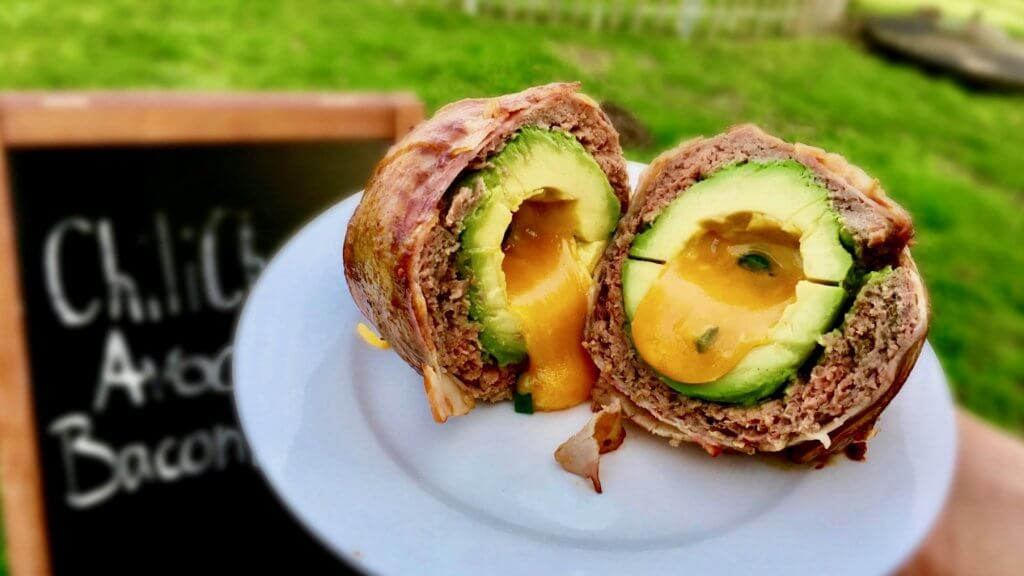 Chili Cheese Avocado Bacon Eggs aus dem Gartenkamin